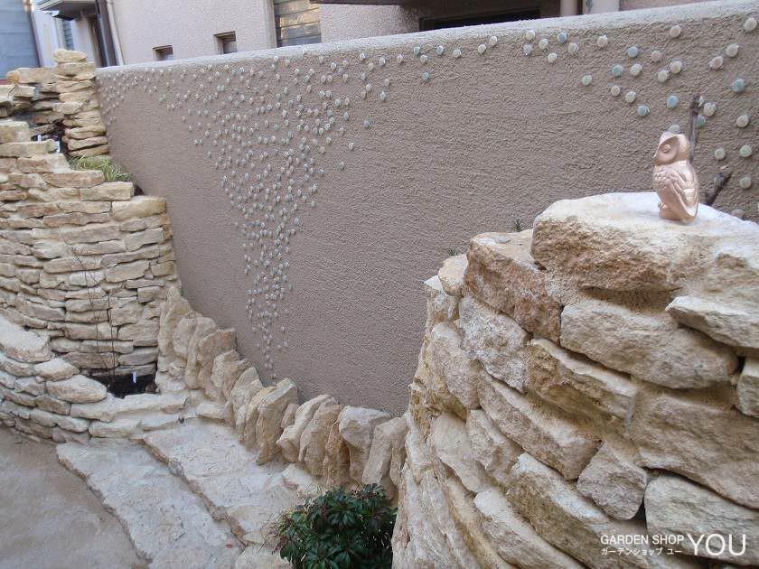 塗り壁には丸いタイルを散りばめ 水の泡に見立てました。
