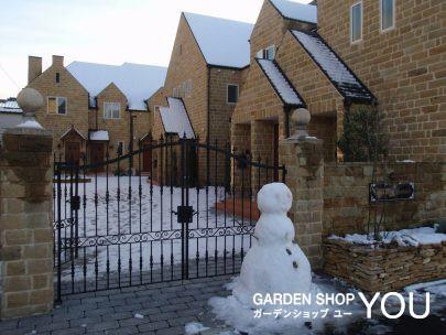 コッツウゥルズストーンと雪景色。