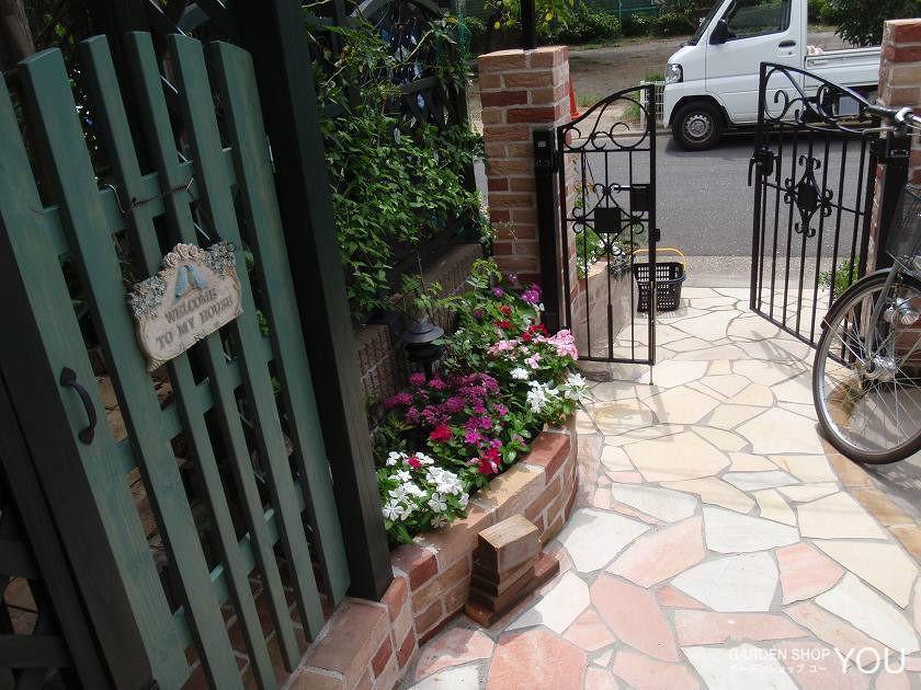 門の内からも外からも花が楽しめるように 。