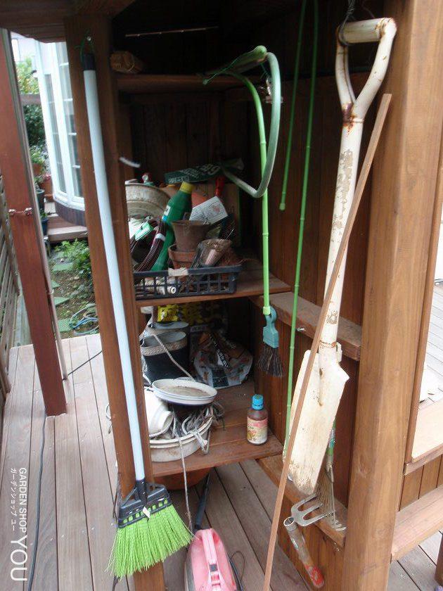 オリジナルのベンチの裏は収納スペース。