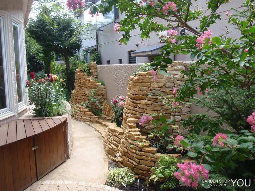 コッツウォルズストーンの滝組石の花壇