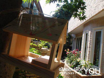 お手製の巣箱。窓に高さを合わせた花壇に元気に咲くダリアの花をお部屋から眺めることができます。