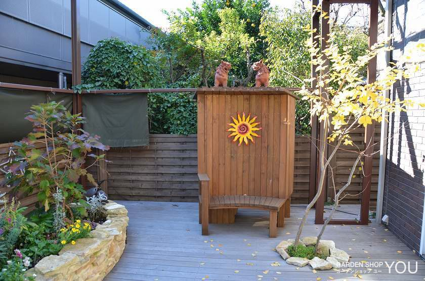 オリジナルデザインの物置付きベンチ(裏が収納スペース)。