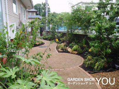 裏庭にしておくにはもったいないような自然風の明るい庭に生まれ変わりました。
