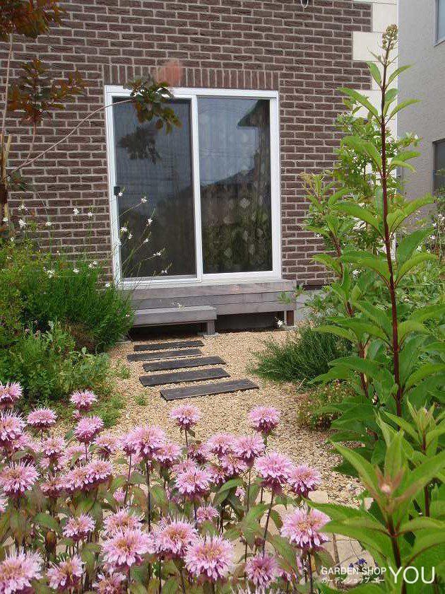 縁台型のデッキ階段。 右側は、ちょっとしたベンチに。