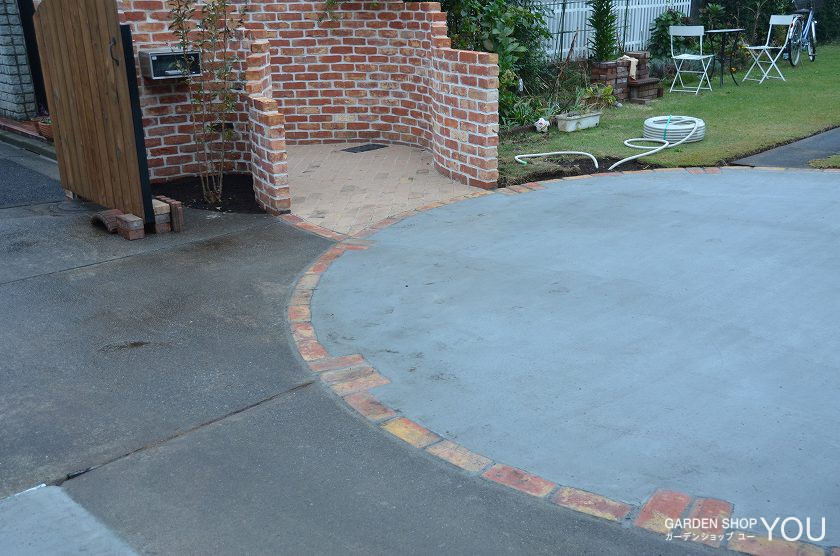 単調な舗装にデザインを添える円形の縁取り。
