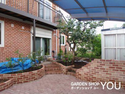 赤系レンガに囲まれた果樹園&菜園。