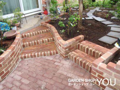 階段は行き先を二分します。果樹園に続く階段の先の園路は既存のコンクリート平板を再活用。