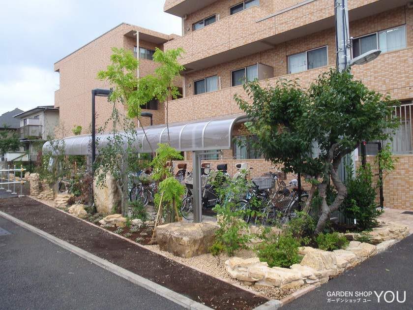 自転車置き場からも道行く人からも楽しめる変化に富んだお庭。