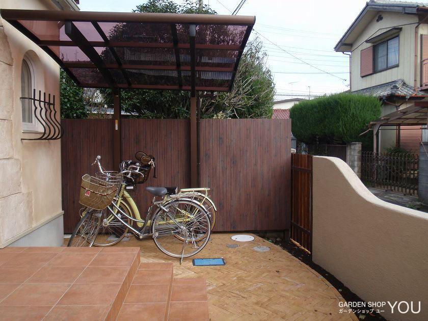 広いテラスは自転車も置きやすく。