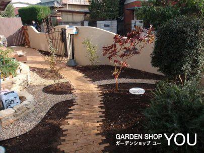 ハーフレンガを使って小径を作った可愛らしいお庭。
