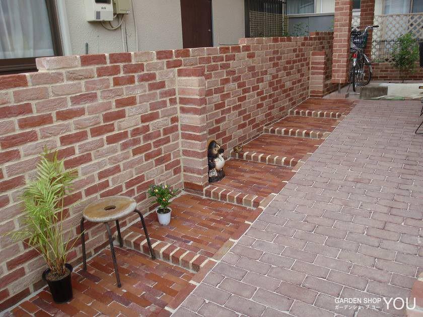 玄関のアプローチはスロープに並行して、ゆったりめで上り易い階段を作りました。
