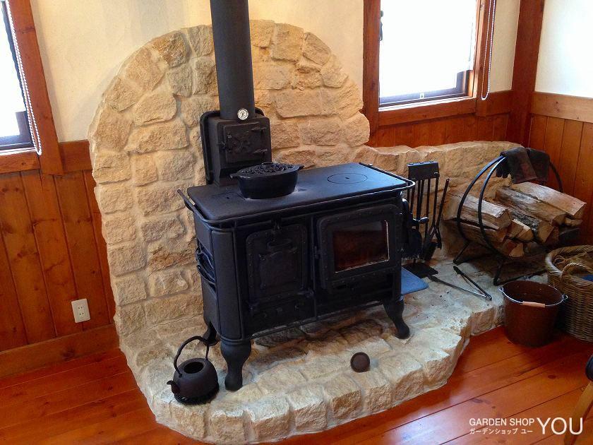部屋の暖炉スペースにはコッツウォルズストーンのセミドレスを使用。