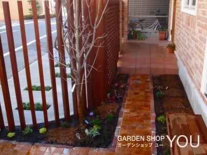 玄関までのアプローチは木っ端の畳敷。