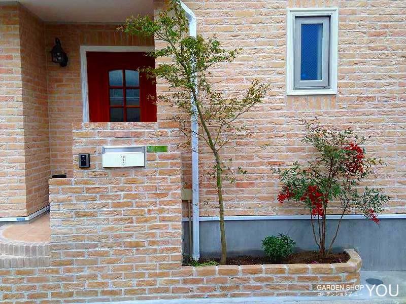 門柱に寄り添うように優し気な植栽を。