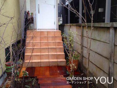 玄関への階段へ続く枕木のアプローチ。