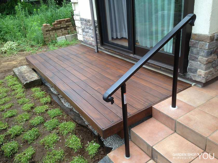 ポーチにはつけた手すりは機能的でありながら、庭と玄関とのさりげない境界線。