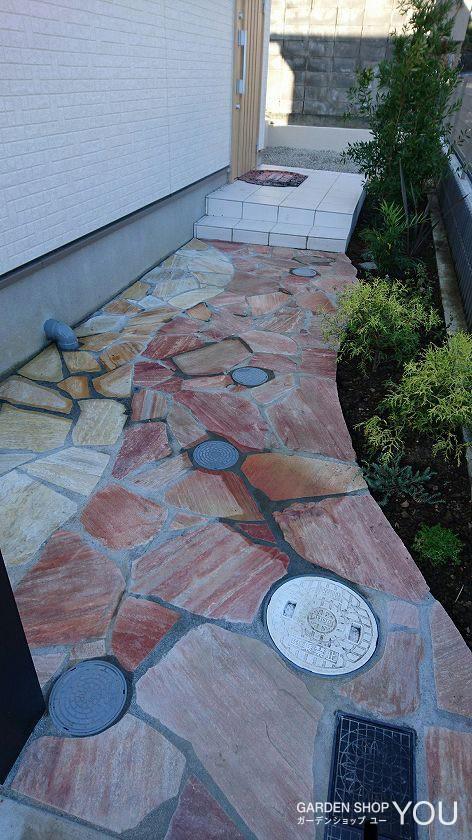 曲線のラインを出すために、植物の育たない家側は敷石の色をあえて変えました。