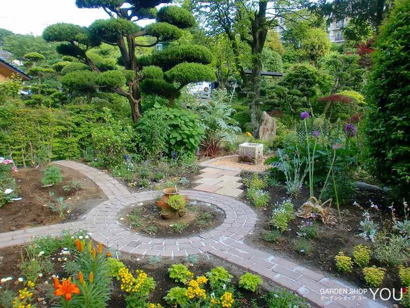 ベルギー敷レンガで小径を作りつつ草花の色あいごとにゾーニング。