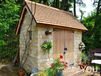 お花で彩を添えられたコッツウォルズ小屋。