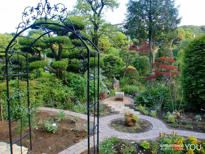 日本庭園の中のイングリッシュガーデン。