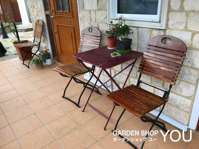 アンティークのテーブルとイス、玄関前のくつろぎスペース。