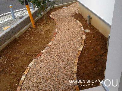 砂利の樹脂舗装の小径。