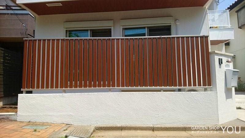 玄関ドアと雰囲気を合わせたフェンス。