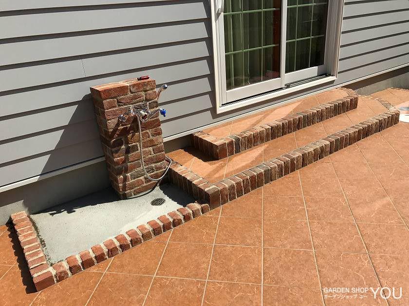 立水栓はワンちゃんの足も洗えるようにシャワー付きで広い水受けを。