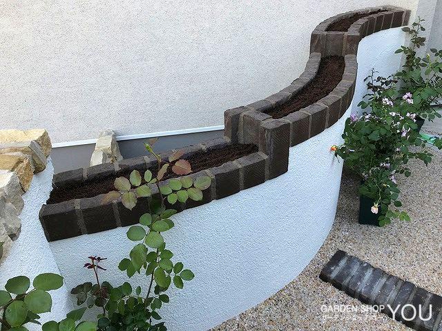 壁を兼ねた目の高さで楽しめる花壇。