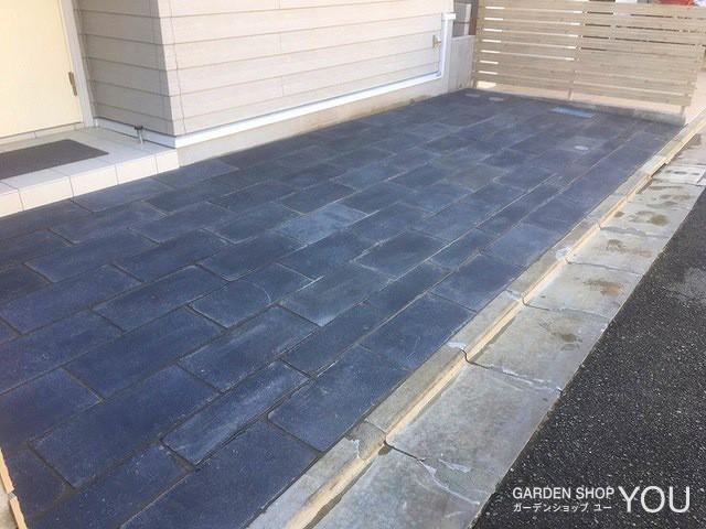 駐車場の床は濃いグレーで引き締めて。