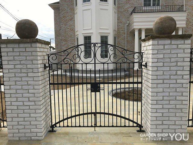 門柱の上にはなんと球形のフィニアル。