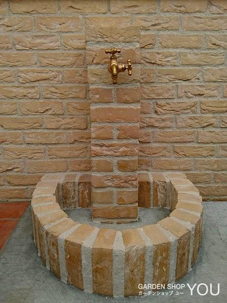 外壁と同じレンガ「アルバローズ」の立水栓。