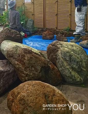 庭石がゴロゴロと。