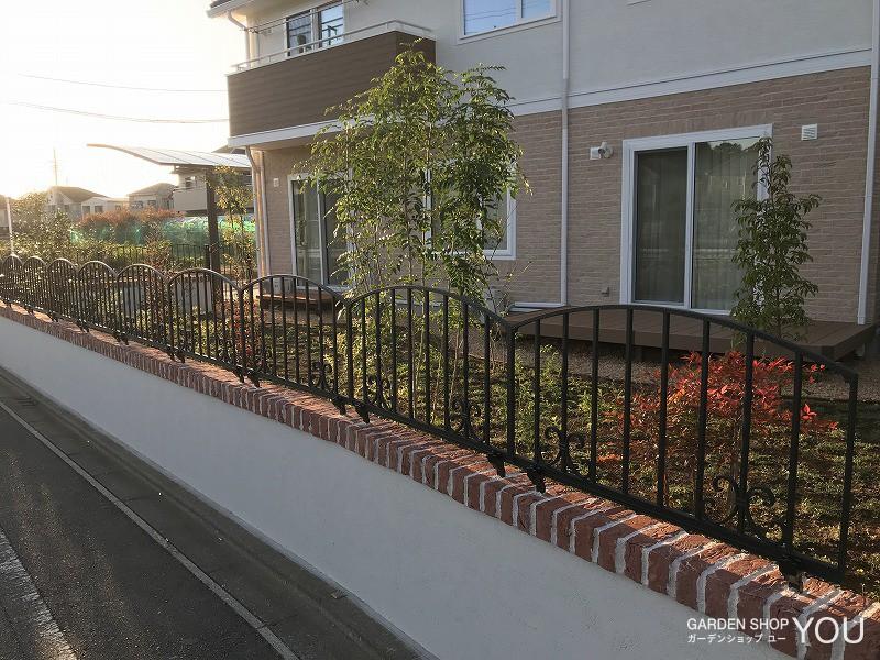 低めの壁とフェンスで圧迫感なく。