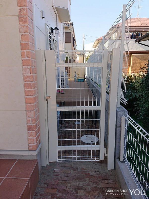ワンちゃんが逃げないための門扉を設置。