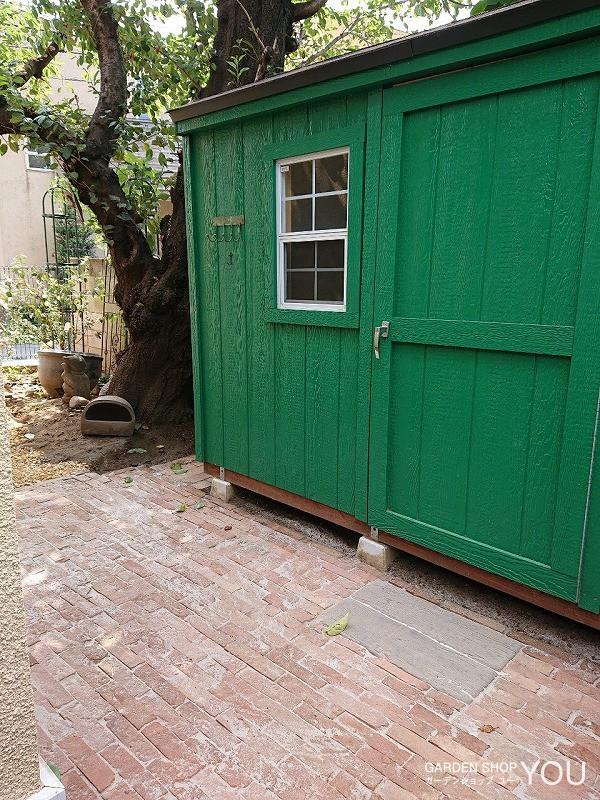 グリーンの小屋が一気に映える赤系レンガ「ヴィンテージロンドン」。