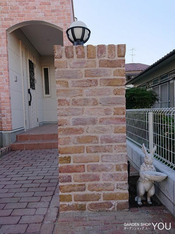 レンガ門柱の隣にはかわいいウサギが。