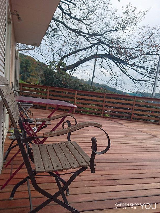 景色を眺めながらベンチに座る贅沢なひと時を。